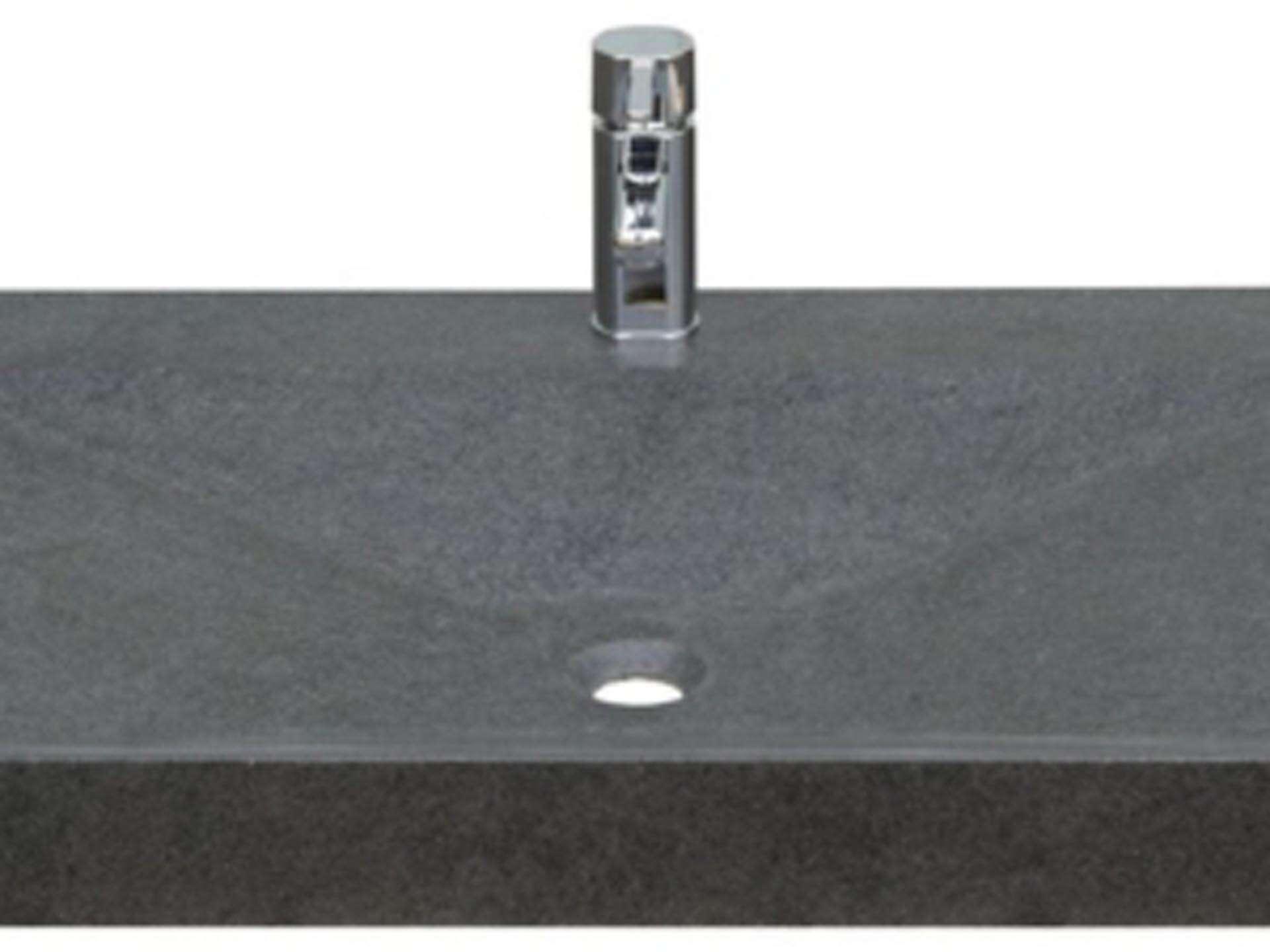 Eksklusiv designhåndvask fremstillet i massiv granit. Den sorte granit har en mat finish. En ægte stenvask i målene: 123,2 x 54,5 x 9,5 cm. Vasken er bearbejdet ud af et helt stykke granit - vi fræser ganske enkelt en håndvask ud af sten. Alle de afsluttende små detaljer er håndlavet. Med denne vask vil man få et stykke natur hjem i badeværelset. Det er kvalitet, som holder mange år ud i tiden. Vasken kan bruges som fritstående vask - da vasken er flad i bunden er den velegnet til at placere direkte på en bordplade. Vasken er hensynsmæssigt designet med fine rundinger, som både giver vasken et eksklusivt udtryk og gør den rengøringsvenlig. Vasken vedligeholdes med voks - vi anbefaler en behandling med vores egen naturvoks ID12002 et par gange om året for at opnå optimalt look.