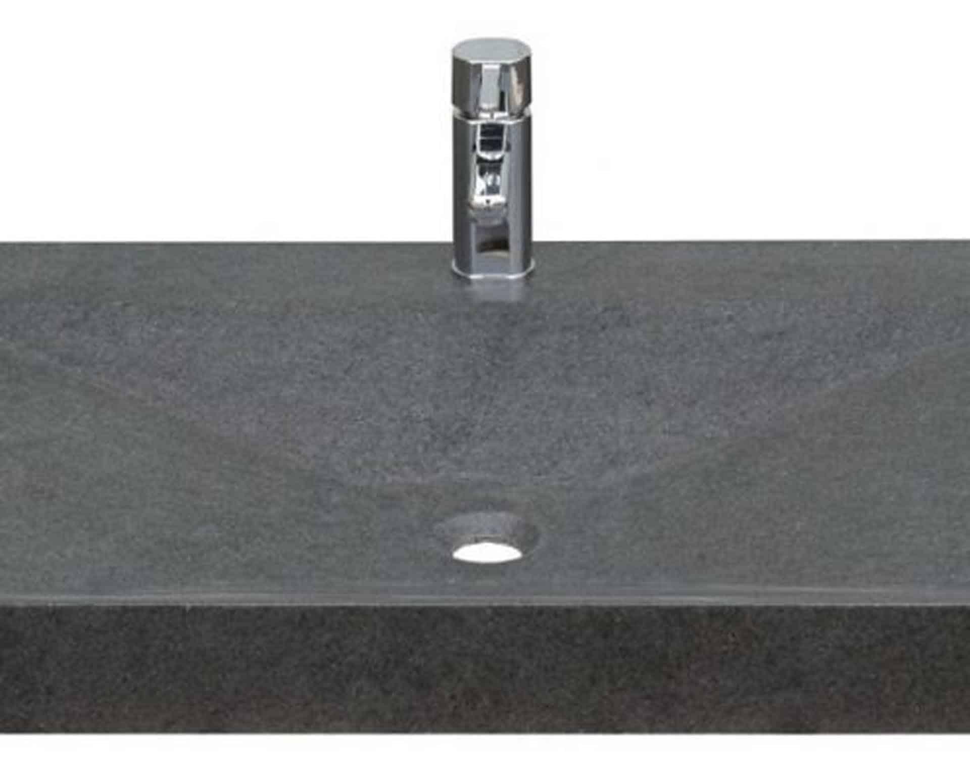 Eksklusiv designhåndvask fremstillet i massiv granit. Den sorte granit har en mat finish. En ægte stenvask i målene: 83,2 x 50,5 x 9,5 cm. Vasken er bearbejdet ud af et helt stykke granit - vi fræser ganske enkelt en håndvask ud af sten. Alle de afsluttende små detaljer er håndlavet. Med denne vask vil man få et stykke natur hjem i badeværelset. Det er kvalitet, som holder mange år ud i tiden. Vasken kan bruges som fritstående vask - da vasken er flad i bunden er den velegnet til at placere direkte på en bordplade. Vasken er hensynsmæssigt designet med fine rundinger, som både giver vasken et eksklusivt udtryk og gør den rengøringsvenlig. Vasken vedligeholdes med voks - vi anbefaler en behandling med vores egen naturvoks ID12002 et par gange om året for at opnå optimalt look.