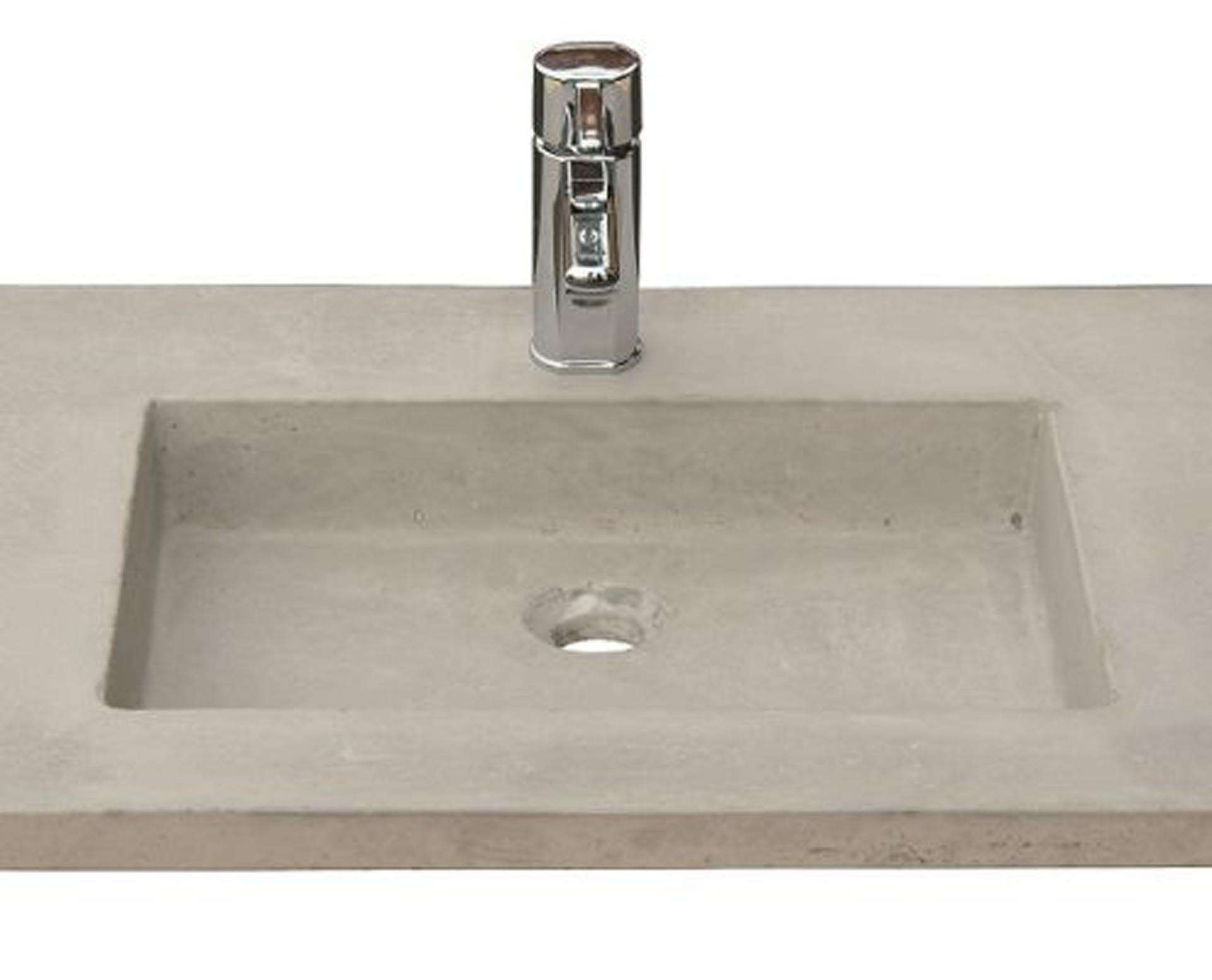 Lækker og simpel beton håndvask, med pæne afrundinger. Farven er i grå - en fantastik flot, moderne og naturlig betonfarve, der passer ind i ethvert badeværelse. Beton tåler ikke stærke rengøringsmidler, eller syreholdige produkter, vi anbefaler derfor at vasken rengøres i pH neutralt rengøringsmiddel. Vasken har målene: 83,2 x 54,5 x 3 cm. Materialet er normal beton som er blevet støbt i en form og bagefter vibreret for at få luftlommer ud af råmaterialet. Vasken kan bruges som fritstående vask - da vasken er flad i bunden er den velegnet til at placere direkte på en bordplade. Vasken er hensynsmæssigt designet med fine rundinger, som både giver vasken et eksklusivt udtryk og gør den rengøringsvenlig. Vasken vedligeholdes med voks - vi anbefaler en behandling med vores egen naturvoks ID12002 et par gange om året for at opnå optimalt look.