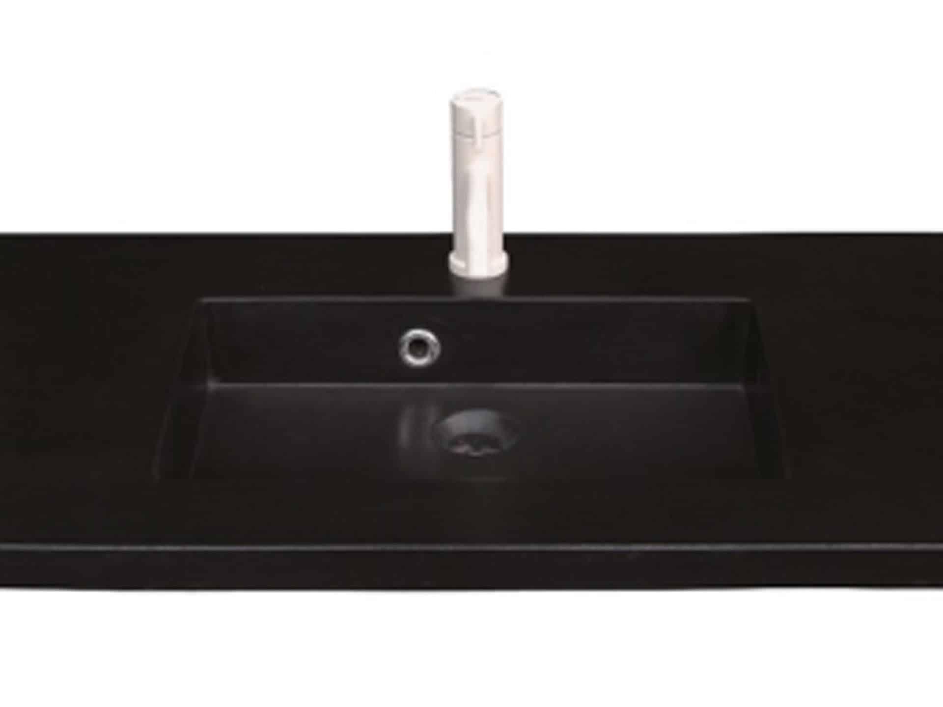 Lækker og simpel beton håndvask, med pæne afrundinger. Farven er i koksgrå - en fantastik flot og moderne betonfarve, der passer ind i ethvert badeværelse. Beton tåler ikke stærke rengøringsmidler, eller syreholdige produkter. Vi anbefaler derfor, at vasken rengøres i pH neutralt rengøringsmiddel. Vasken har målene: 123,2 x 54,5 x 3 cm. Materialet er normal beton som er blevet støbt i en form og bagefter vibreret for at få luftlommer ud af råmaterialet. Vasken kan bruges som fritstående vask - da vasken er flad i bunden er den velegnet til at placere direkte på en bordplade. Vasken er hensynsmæssigt designet med fine rundinger, som både giver vasken et eksklusivt udtryk og gør den rengøringsvenlig. Vasken vedligeholdes med voks - vi anbefaler en behandling med vores egen naturvoks ID12002 et par gange om året for at opnå optimalt look.