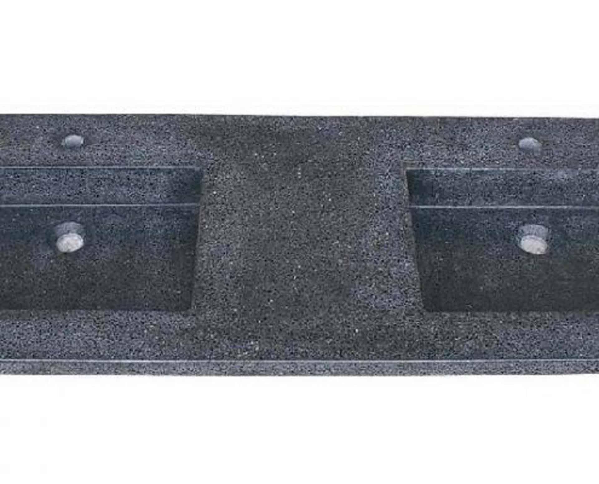 Lækker gnistret terrazzo håndvask, med pæne afrundinger. Farven er koksgrå med sorte og mørke sten - et råt look med en flot finish. Vasken har målene: 163,2 x 54,5 x 4 cm. Materialet er en blanding af cement og de små natursten der giver vasken sin flotte gnistrede finish. Vasken kan bruges som fritstående vask - da vasken er flad i bunden er den velegnet til at placere direkte på en bordplade. Vasken er hensynsmæssigt designet med fine rundinger, som både giver vasken et eksklusivt udtryk og gør den rengøringsvenlig. Vasken vedligeholdes med voks - vi anbefaler en behandling med vores egen naturvoks ID12002 et par gange om året for at opnå optimalt look.