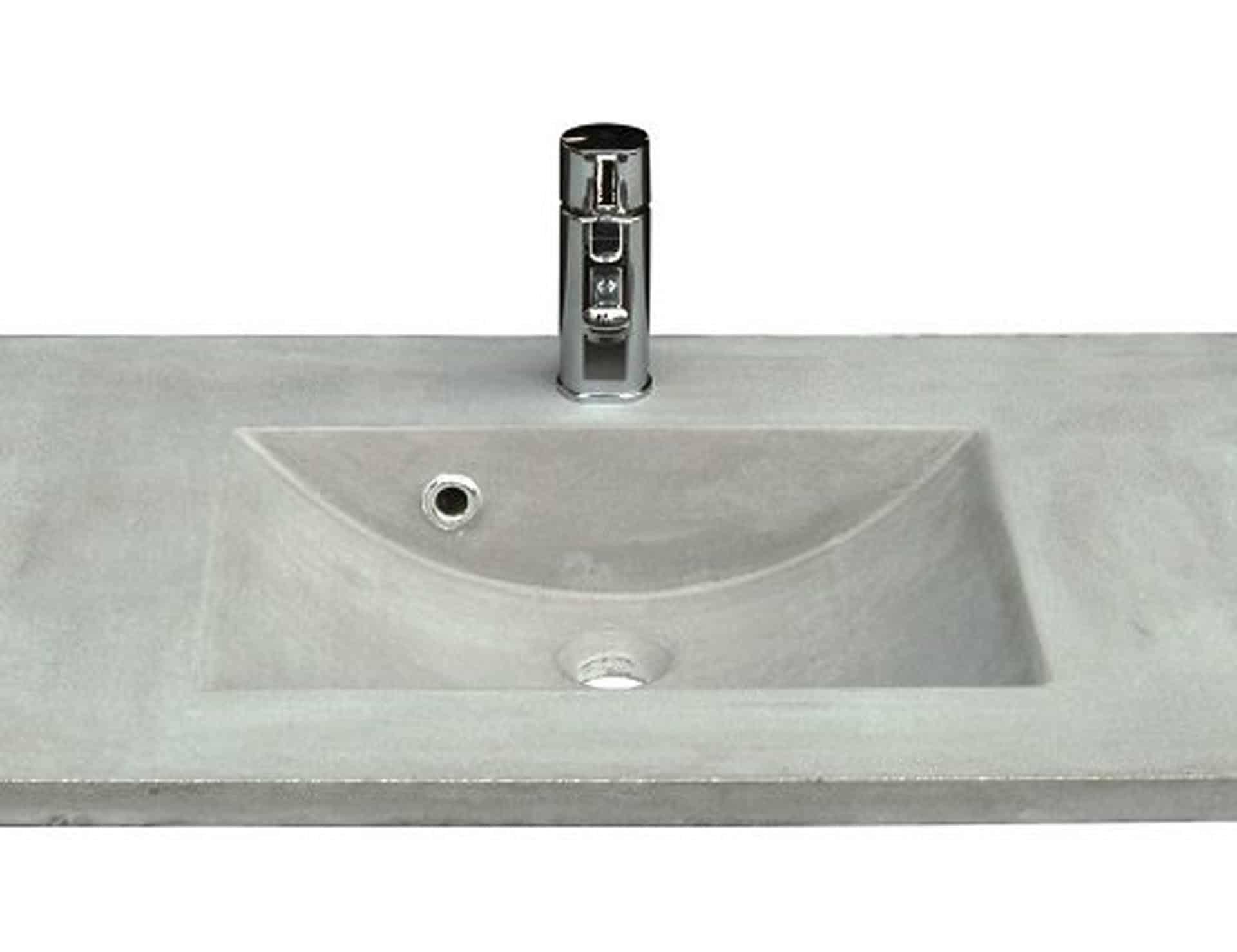 Lækker og simpel beton håndvask, med pæne afrundinger. Farven er i grå - en fantastik flot, moderne og naturlig betonfarve, der passer ind i ethvert badeværelse. Beton tåler ikke stærke rengøringsmidler, eller syreholdige produkter, vi anbefaler derfor at vasken rengøres i pH neutralt rengøringsmiddel. Vasken har målene: 123,2 x 54,5 x 3 cm. Materialet er normal beton som er blevet støbt i en form og bagefter vibreret for at få luftlommer ud af råmaterialet. Vasken skal stå på et skab. Køb et af vores tre slags åbne ophæng til slimlinevaske eller se vores guide til hvilket skab, der passer til og hvor du kan købe det. Vasken er hensynsmæssigt designet med fine rundinger, som både giver vasken et eksklusivt udtryk og gør den rengøringsvenlig. Vasken vedligeholdes med voks - vi anbefaler en behandling med vores egen naturvoks ID12002 et par gange om året for at opnå optimalt look.