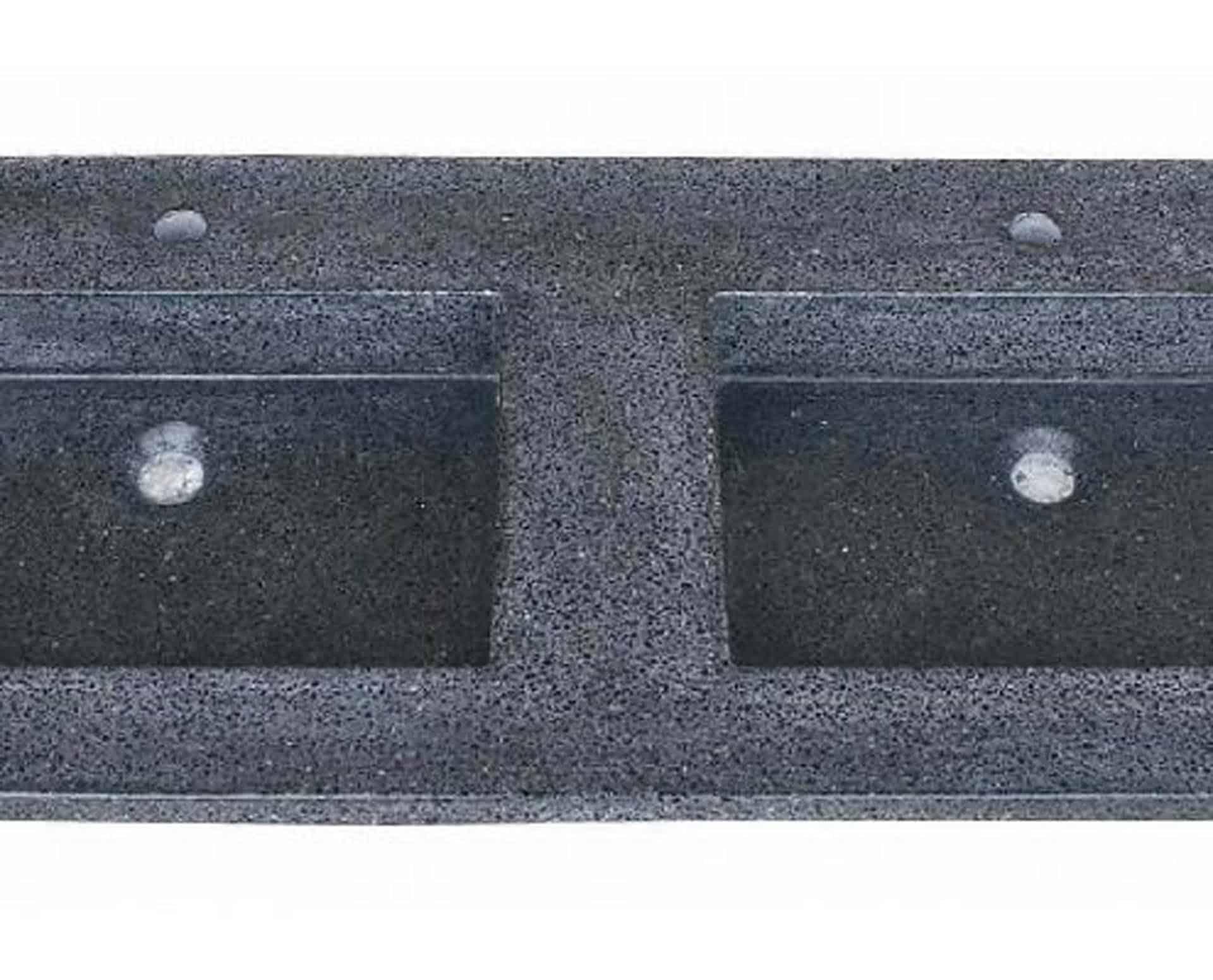 Lækker gnistret terrazzo håndvask, med pæne afrundinger. Farven er koksgrå med sorte og mørke sten - et råt look med en flot finish. Vasken har målene: 123,2 x 54,5 x 3 cm. Materialet er en blanding af cement og de små natursten der giver vasken sin flotte gnistrede finish. Vasken skal stå på et skab. Køb et af vores tre slags åbne ophæng til slimlinevaske eller se vores guide til hvilket skab, der passer til og hvor du kan købe det. Vasken er hensynsmæssigt designet med fine rundinger, som både giver vasken et eksklusivt udtryk og gør den rengøringsvenlig. Vasken vedligeholdes med voks - vi anbefaler en behandling med vores egen naturvoks ID12002 et par gange om året for at opnå optimalt look.