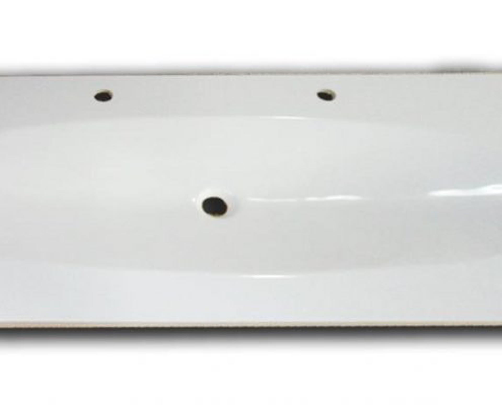 Flot designhåndvask i Kunstmarmor (Top-Solid). Vasken er lavet i hvid højglans komposit, som gør den meget nem at holde ren. Vasken har målene: 123,2 x 54,5 x 3 cm. Vasken tåler alle former for rengøringsmidler. Vasken skal stå på et skab. Køb et af vores tre slags åbne ophæng til slimlinevaske eller se vores guide til hvilket skab, der passer til og hvor du kan købe det. Vasken er hensynsmæssigt designet med fine rundinger, som både giver vasken et eksklusivt udtryk og gør den rengøringsvenlig. Vasken vedligeholdes med voks - vi anbefaler en behandling med vores egen naturvoks ID12002 et par gange om året for at opnå optimalt look.