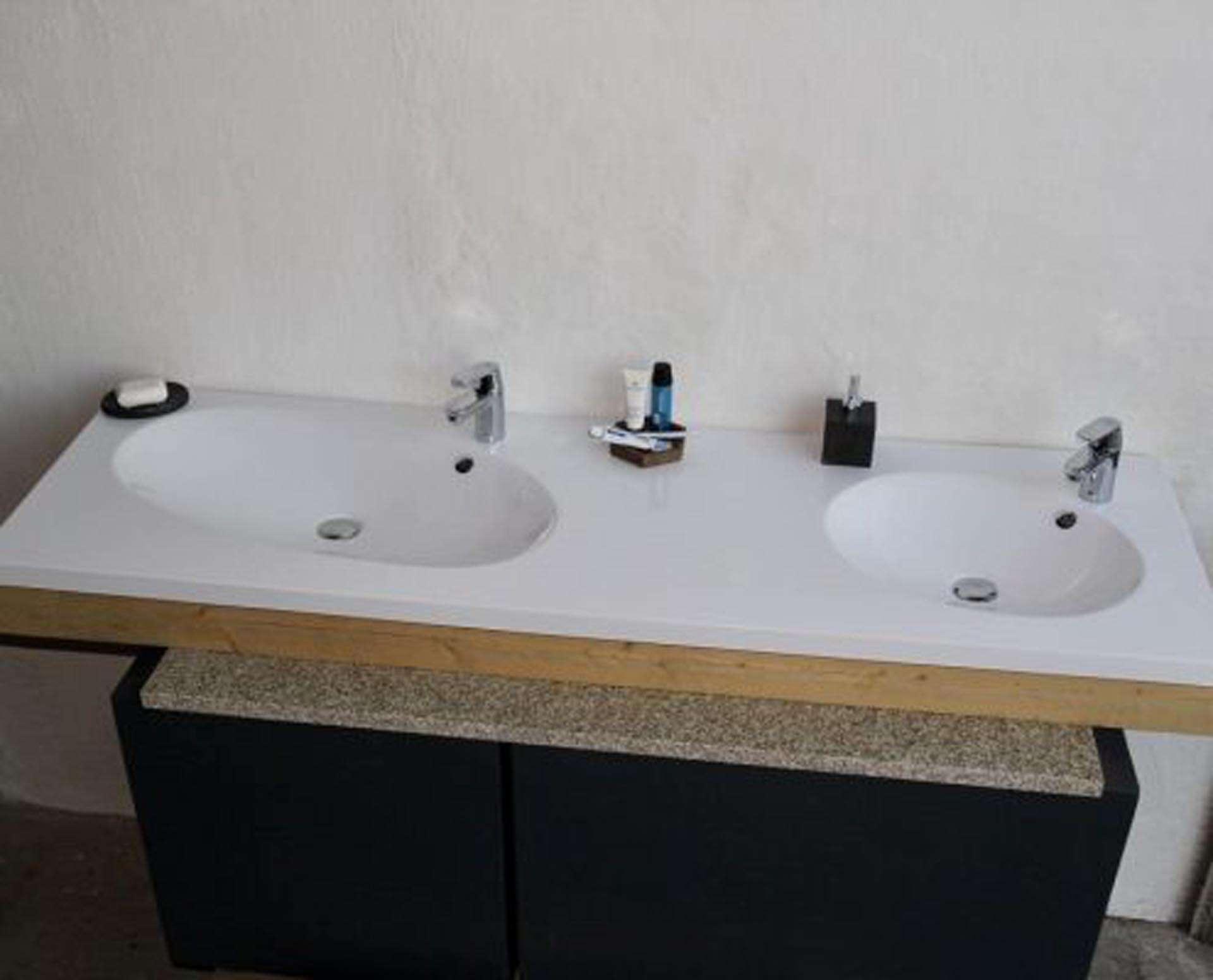 Flot designhåndvask i Kunstmarmor (Top-Solid). Vasken er lavet i hvid højglans komposit, som gør den meget nem at holde ren. Vasken har målene: 183,2 x 54,5 x 4 cm. Vasken tåler alle former for rengøringsmidler. Vasken skal stå på et skab. Køb et af vores tre slags åbne ophæng til slimlinevaske eller se vores guide til hvilket skab, der passer til og hvor du kan købe det. Vasken er hensynsmæssigt designet med fine rundinger, som både giver vasken et eksklusivt udtryk og gør den rengøringsvenlig. Vasken vedligeholdes med voks - vi anbefaler en behandling med vores egen naturvoks ID12002 et par gange om året for at opnå optimalt look.