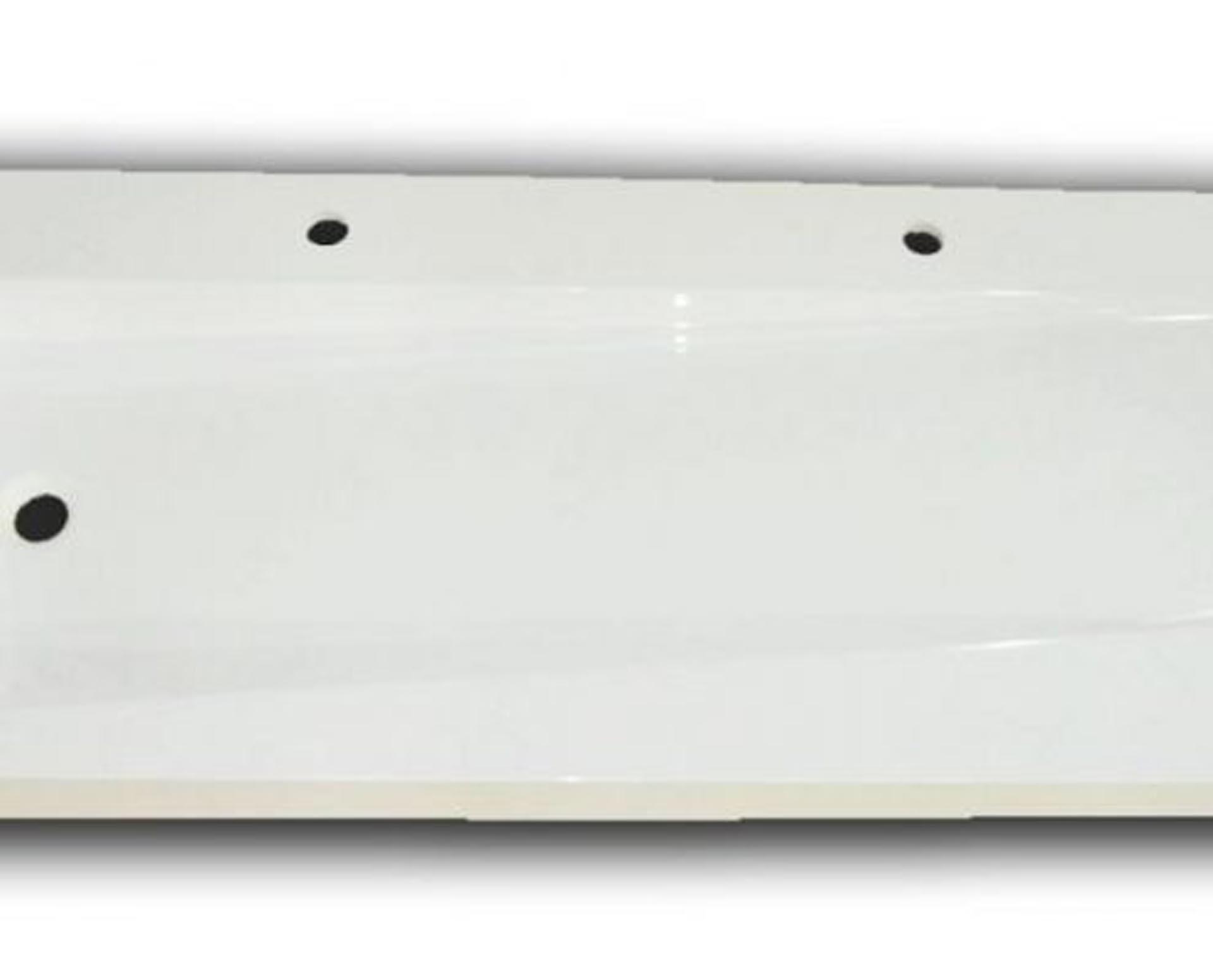 Flot designhåndvask i Kunstmarmor (Top-Solid). Vasken er lavet i hvid højglans komposit, som gør den meget nem at holde ren. Vasken har målene: 121 x 54 x 10 cm. Vasken tåler alle former for rengøringsmidler. Vasken kan bruges som fritstående vask - da vasken er flad i bunden er den velegnet til at placere direkte på en bordplade. Vasken er hensynsmæssigt designet med fine rundinger, som både giver vasken et eksklusivt udtryk og gør den rengøringsvenlig. Vasken vedligeholdes med voks - vi anbefaler en behandling med vores egen naturvoks ID12002 et par gange om året for at opnå optimalt look.