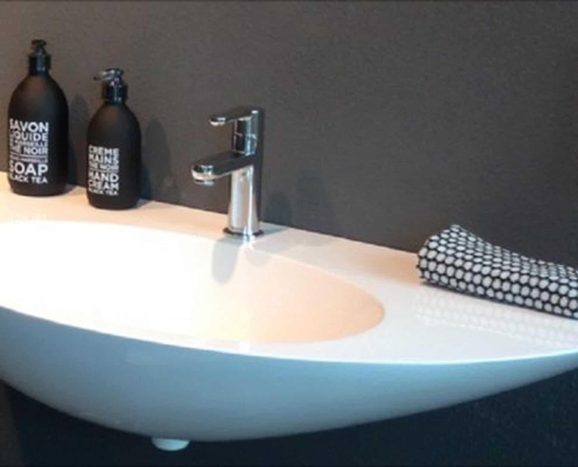Flot designhåndvask i Kunstmarmor (Top-Solid). Vasken er lavet i hvid højglans komposit, som gør den meget nem at holde ren. Vasken har målene: 90 x 45 x 20,6 cm. Vasken tåler alle former for rengøringsmidler. Vasken kan på grund af sit design ikke stå på et skab men skal hænge på væggen. Vasken er hensynsmæssigt designet med fine rundinger, som både giver vasken et eksklusivt udtryk og gør den rengøringsvenlig. Vasken vedligeholdes med voks - vi anbefaler en behandling med vores egen naturvoks ID12002 et par gange om året for at opnå optimalt look.