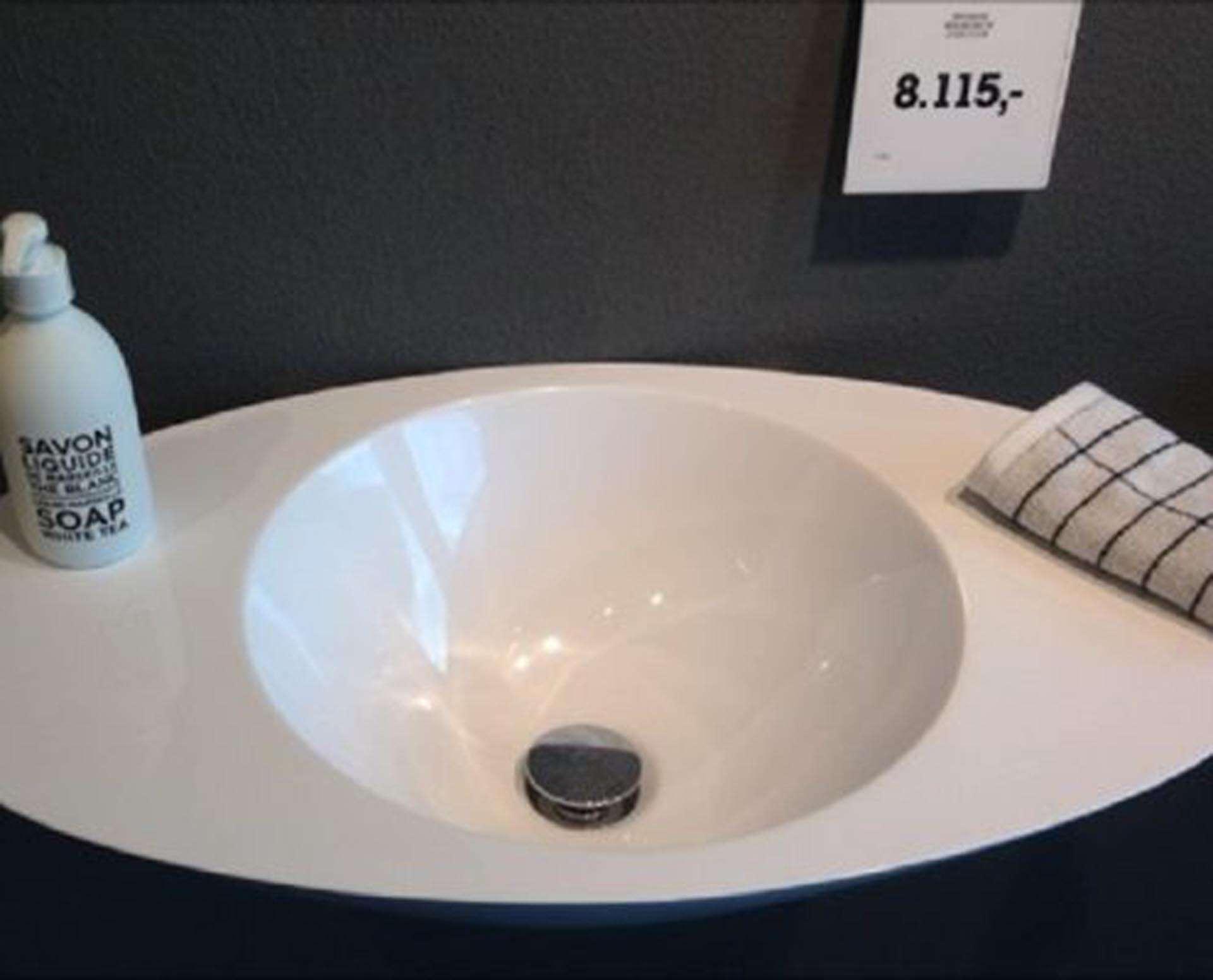 Flot designhåndvask i Kunstmarmor (Top-Solid). Vasken er lavet i hvid højglans komposit, som gør den meget nem at holde ren. Vasken har målene: 67 x 35 x 17,5 cm. Vasken tåler alle former for rengøringsmidler. Vasken kan på grund af sit design ikke stå på et skab men skal hænge på væggen. Vasken er hensynsmæssigt designet med fine rundinger, som både giver vasken et eksklusivt udtryk og gør den rengøringsvenlig. Vasken vedligeholdes med voks - vi anbefaler en behandling med vores egen naturvoks ID12002 et par gange om året for at opnå optimalt look.