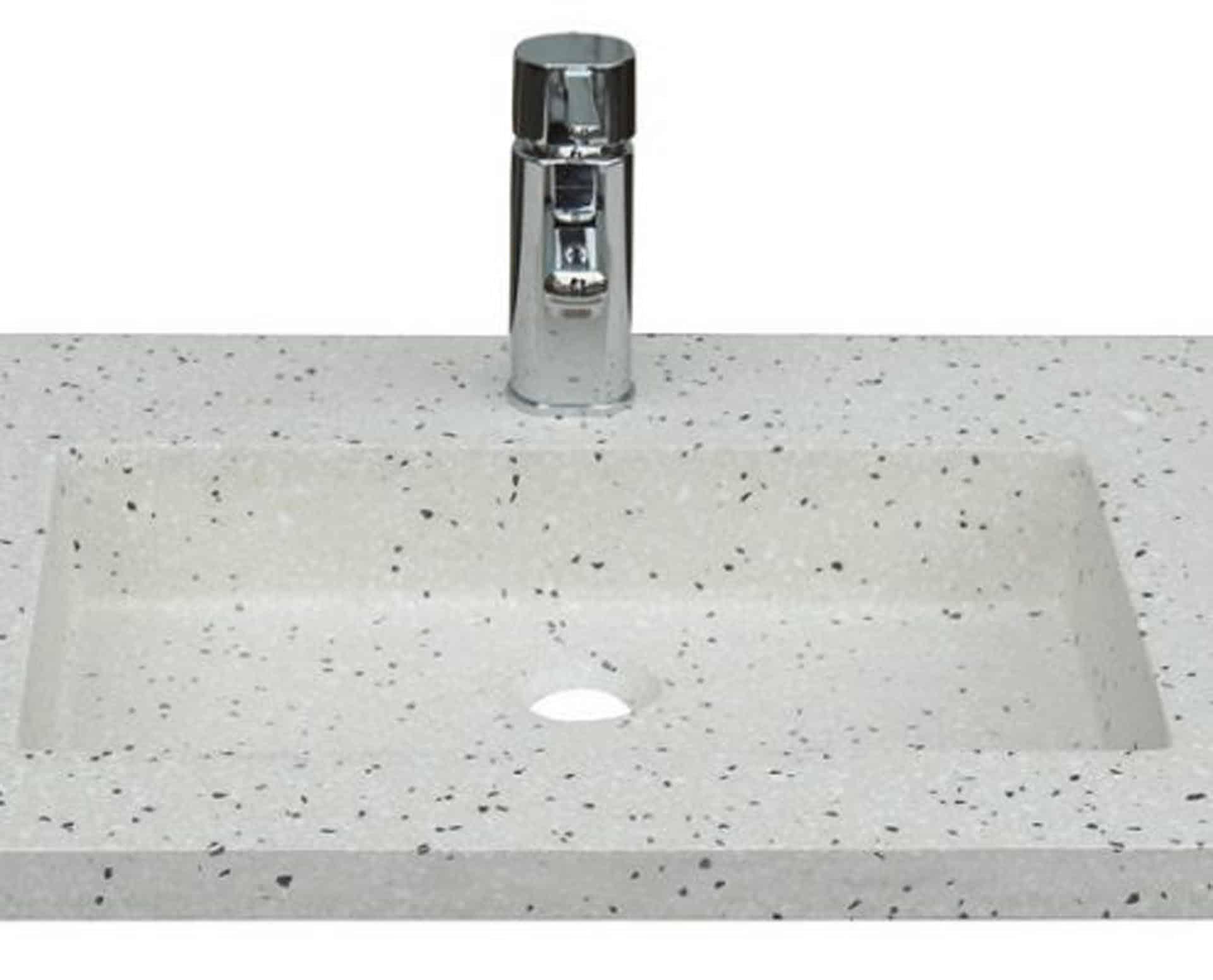 Lækker gnistret terrazzo håndvask, med pæne afrundinger. Farven er lys med sorte og mørke sten - et råt look med en flot finish. Vasken har målene: 80 x 60 x 9 cm. Materialet er en blanding af cement og de små natursten, der giver vasken sin flotte gnistrede finish. Vasken skal stå på et skab. Køb et af vores tre slags åbne ophæng til slimlinevaske eller se vores guide til hvilket skab, der passer til og hvor du kan købe det. Vasken er hensynsmæssigt designet med fine rundinger, som både giver vasken et eksklusivt udtryk og gør den rengøringsvenlig. Vasken vedligeholdes med voks - vi anbefaler en behandling med vores egen naturvoks ID12002 et par gange om året for at opnå optimalt look.