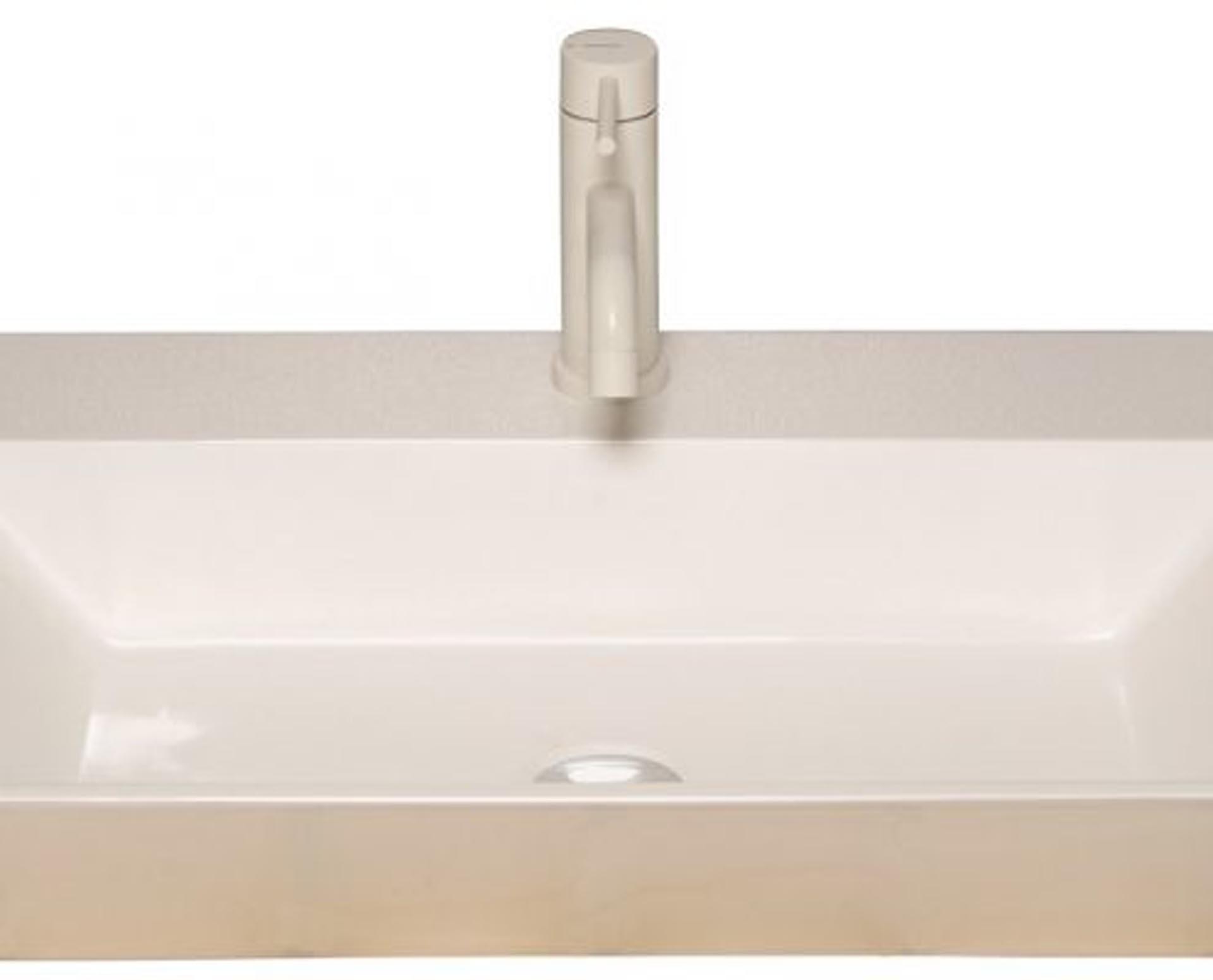 Flot designhåndvask i Kunstmarmor (Top-Solid). Vasken er lavet i hvid højglans komposit, som gør den meget nem at holde ren. Vasken har målene: 60,5 x 35,5 x 10 cm. Vasken tåler alle former for rengøringsmidler. Vasken kan bruges som fritstående vask - da vasken er flad i bunden er den velegnet til at placere direkte på en bordplade. Vasken er hensynsmæssigt designet med fine rundinger, som både giver vasken et eksklusivt udtryk og gør den rengøringsvenlig. Vasken vedligeholdes med voks - vi anbefaler en behandling med vores egen naturvoks ID12002 et par gange om året for at opnå optimalt look.