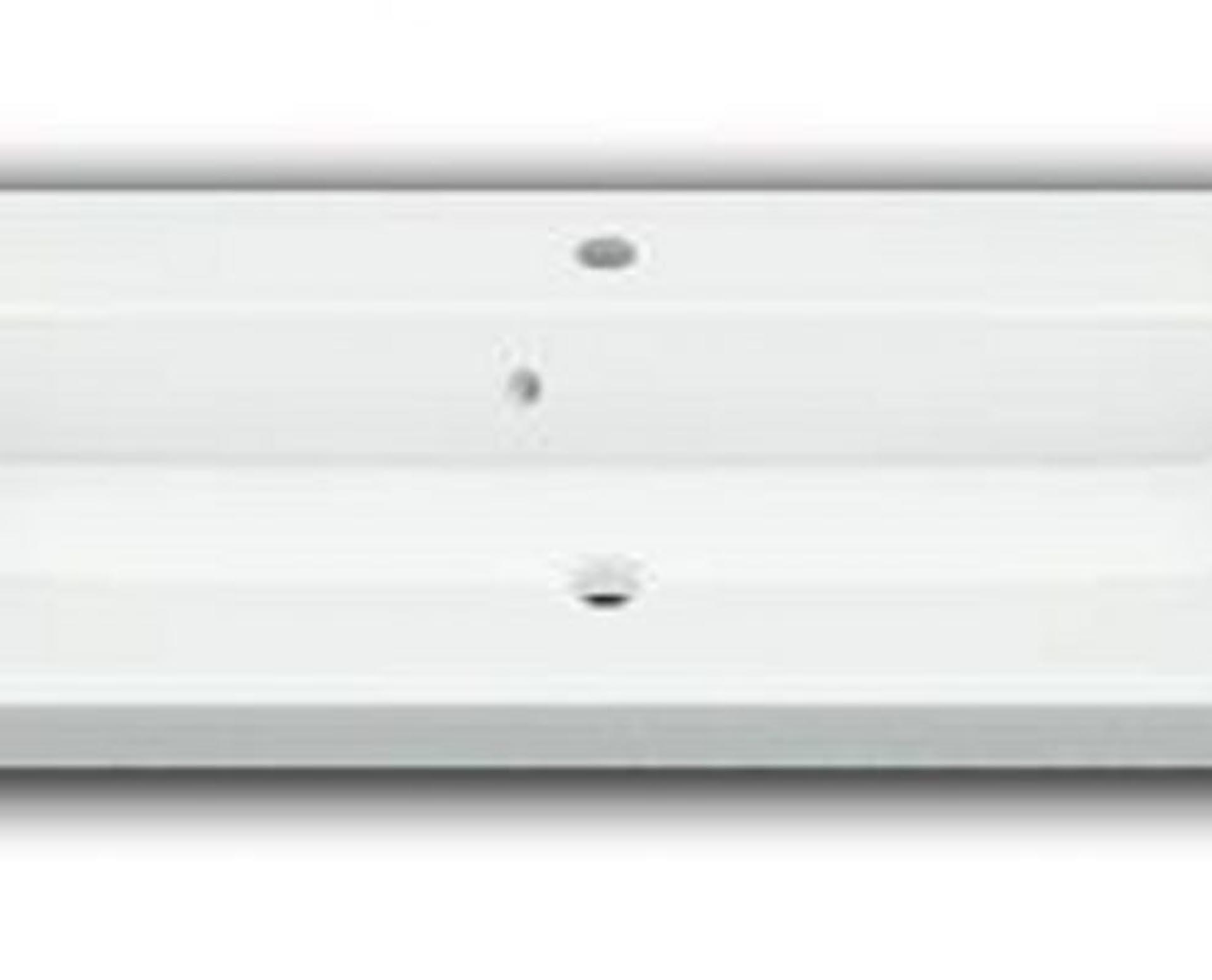 Flot designhåndvask i Kunstmarmor (Top-Solid). Vasken er lavet i hvid højglans komposit, som gør den meget nem at holde ren. Vasken har målene: 80,5 x 35,5 x 10 cm. Vasken tåler alle former for rengøringsmidler. Vasken kan bruges som fritstående vask - da vasken er flad i bunden er den velegnet til at placere direkte på en bordplade. Vasken er hensynsmæssigt designet med fine rundinger, som både giver vasken et eksklusivt udtryk og gør den rengøringsvenlig. Vasken vedligeholdes med voks - vi anbefaler en behandling med vores egen naturvoks ID12002 et par gange om året for at opnå optimalt look.