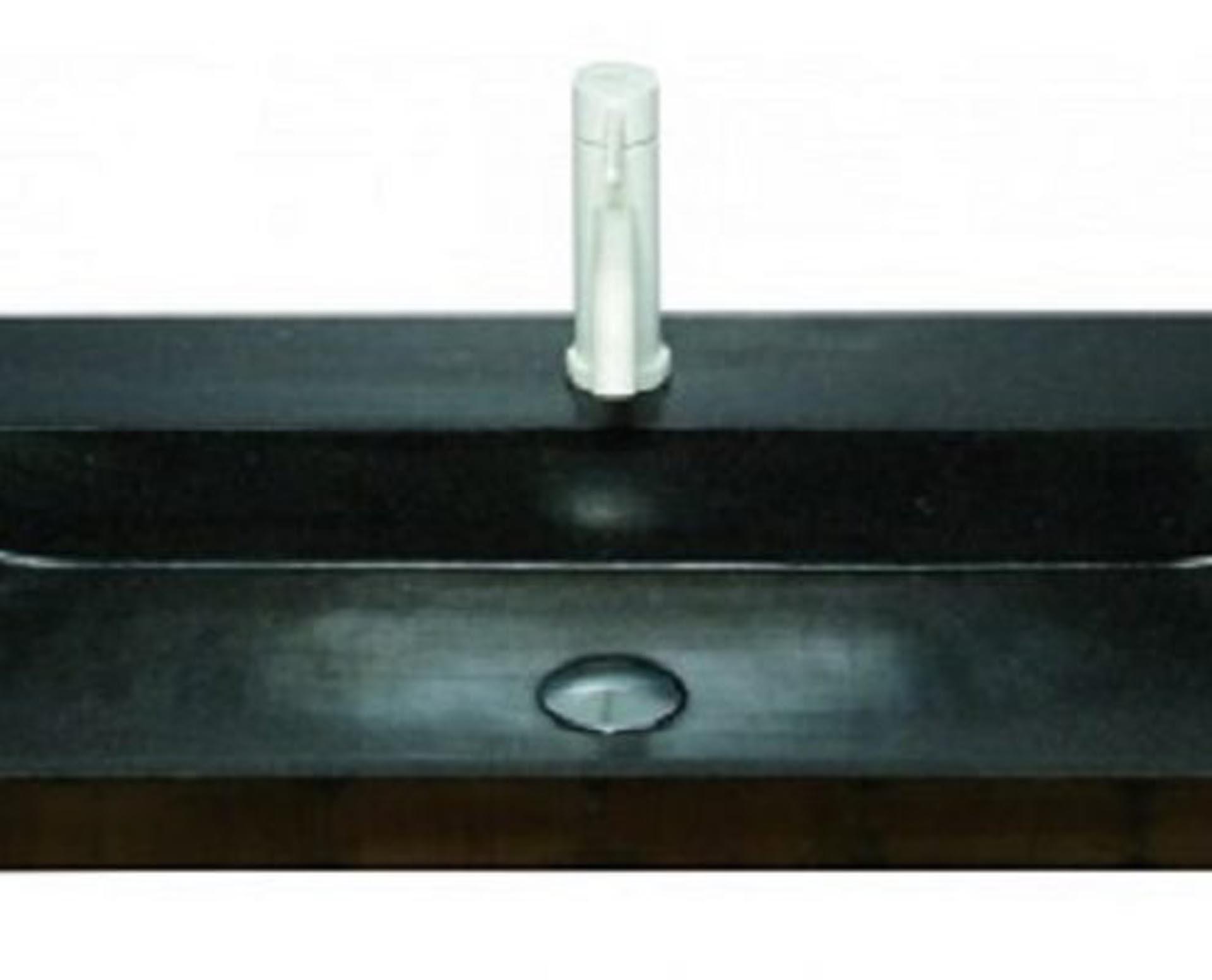 Eksklusiv designhåndvask fremstillet i massiv granit. Den sorte granit har en mat finish. En ægte stenvask i målene: 80,5 x 35,5 x 10 cm. Vasken er bearbejdet ud af et helt stykke granit - vi fræser ganske enkelt en håndvask ud af sten. Alle de afsluttende små detaljer er håndlavet. Med denne vask vil man få et stykke natur hjem i badeværelset. Det er kvalitet, som holder mange år ud i tiden. Vasken kan bruges som fritstående vask - da vasken er flad i bunden er den velegnet til at placere direkte på en bordplade. Vasken er hensynsmæssigt designet med fine rundinger, som både giver vasken et eksklusivt udtryk og gør den rengøringsvenlig. Vasken vedligeholdes med voks - vi anbefaler en behandling med vores egen naturvoks ID12002 et par gange om året for at opnå optimalt look.
