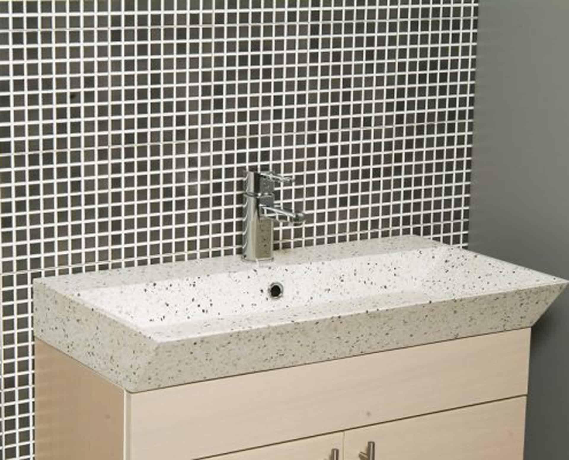 Lækker gnistret terrazzo håndvask, med pæne afrundinger. Farven er lys med sorte og mørke sten - et råt look med en flot finish. Vasken har målene: 120 x 35,5 x 10 cm. Materialet er en blanding af cement og de små natursten, der giver vasken sin flotte gnistrede finish. Vasken kan bruges som fritstående vask - da vasken er flad i bunden er den velegnet til at placere direkte på en bordplade. Vasken er hensynsmæssigt designet med fine rundinger, som både giver vasken et eksklusivt udtryk og gør den rengøringsvenlig. Vasken vedligeholdes med voks - vi anbefaler en behandling med vores egen naturvoks ID12002 et par gange om året for at opnå optimalt look.