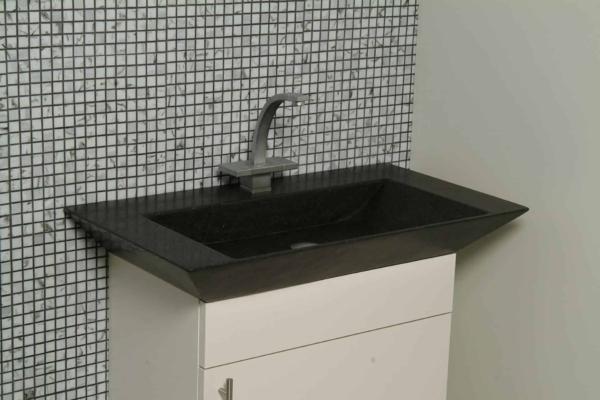 Lækker gnistret terrazzo håndvask, med pæne afrundinger. Farven er koksgrå med sorte og mørke sten - et råt look med en flot finish. Vasken har målene: 60/80 x 35,5 x 10 cm. Materialet er en blanding af cement og de små natursten der giver vasken sin flotte gnistrede finish. Vasken kan bruges som fritstående vask - da vasken er flad i bunden er den velegnet til at placere direkte på en bordplade. Vasken er hensynsmæssigt designet med fine rundinger, som både giver vasken et eksklusivt udtryk og gør den rengøringsvenlig. Vasken vedligeholdes med voks - vi anbefaler en behandling med vores egen naturvoks ID12002 et par gange om året for at opnå optimalt look.