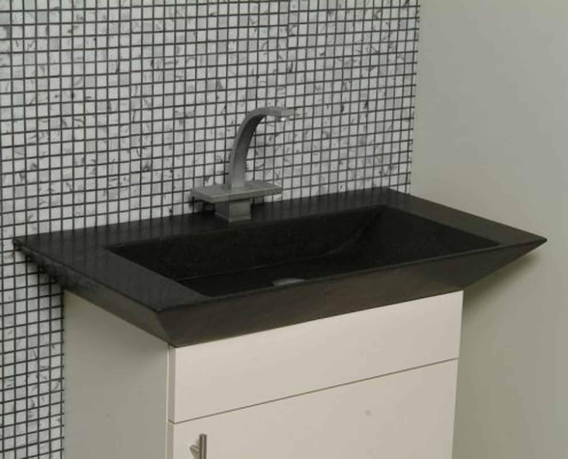 Eksklusiv designhåndvask fremstillet i massiv granit. Den sorte granit har en mat finish. En ægte stenvask i målene: 60/80 x 35,5 x 10 cm. Vasken er bearbejdet ud af et helt stykke granit - vi fræser ganske enkelt en håndvask ud af sten. Alle de afsluttende små detaljer er håndlavet. Med denne vask vil man få et stykke natur hjem i badeværelset. Det er kvalitet, som holder mange år ud i tiden. Vasken kan bruges som fritstående vask - da vasken er flad i bunden er den velegnet til at placere direkte på en bordplade. Vasken er hensynsmæssigt designet med fine rundinger, som både giver vasken et eksklusivt udtryk og gør den rengøringsvenlig. Vasken vedligeholdes med voks - vi anbefaler en behandling med vores egen naturvoks ID12002 et par gange om året for at opnå optimalt look.