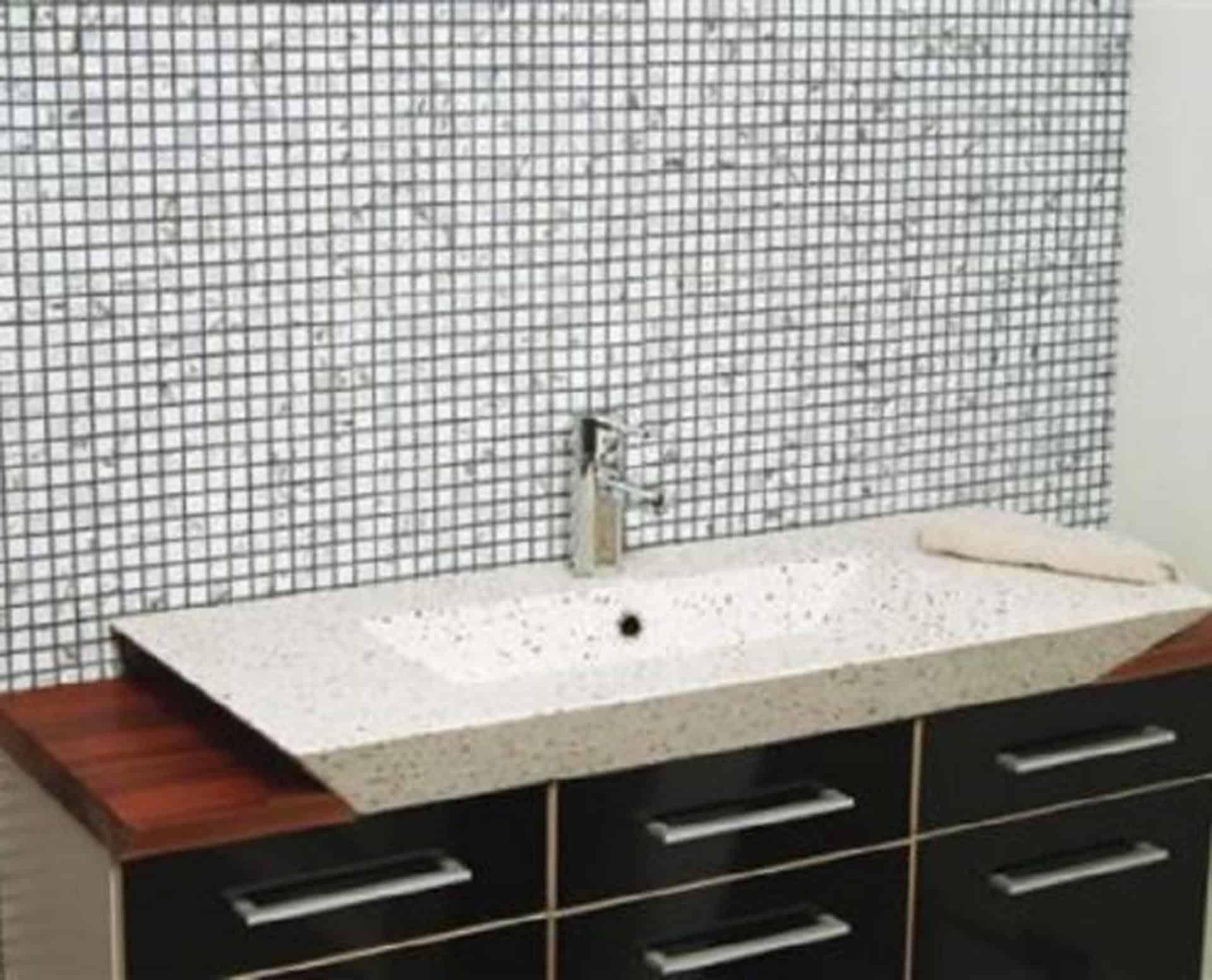 Lækker gnistret terrazzo håndvask, med pæne afrundinger. Farven er lys med sorte og mørke sten - et råt look med en flot finish. Vasken har målene: 80/100 x 35,5 x 10 cm. Materialet er en blanding af cement og de små natursten, der giver vasken sin flotte gnistrede finish. Vasken kan bruges som fritstående vask - da vasken er flad i bunden er den velegnet til at placere direkte på en bordplade. Vasken er hensynsmæssigt designet med fine rundinger, som både giver vasken et eksklusivt udtryk og gør den rengøringsvenlig. Vasken vedligeholdes med voks - vi anbefaler en behandling med vores egen naturvoks ID12002 et par gange om året for at opnå optimalt look.