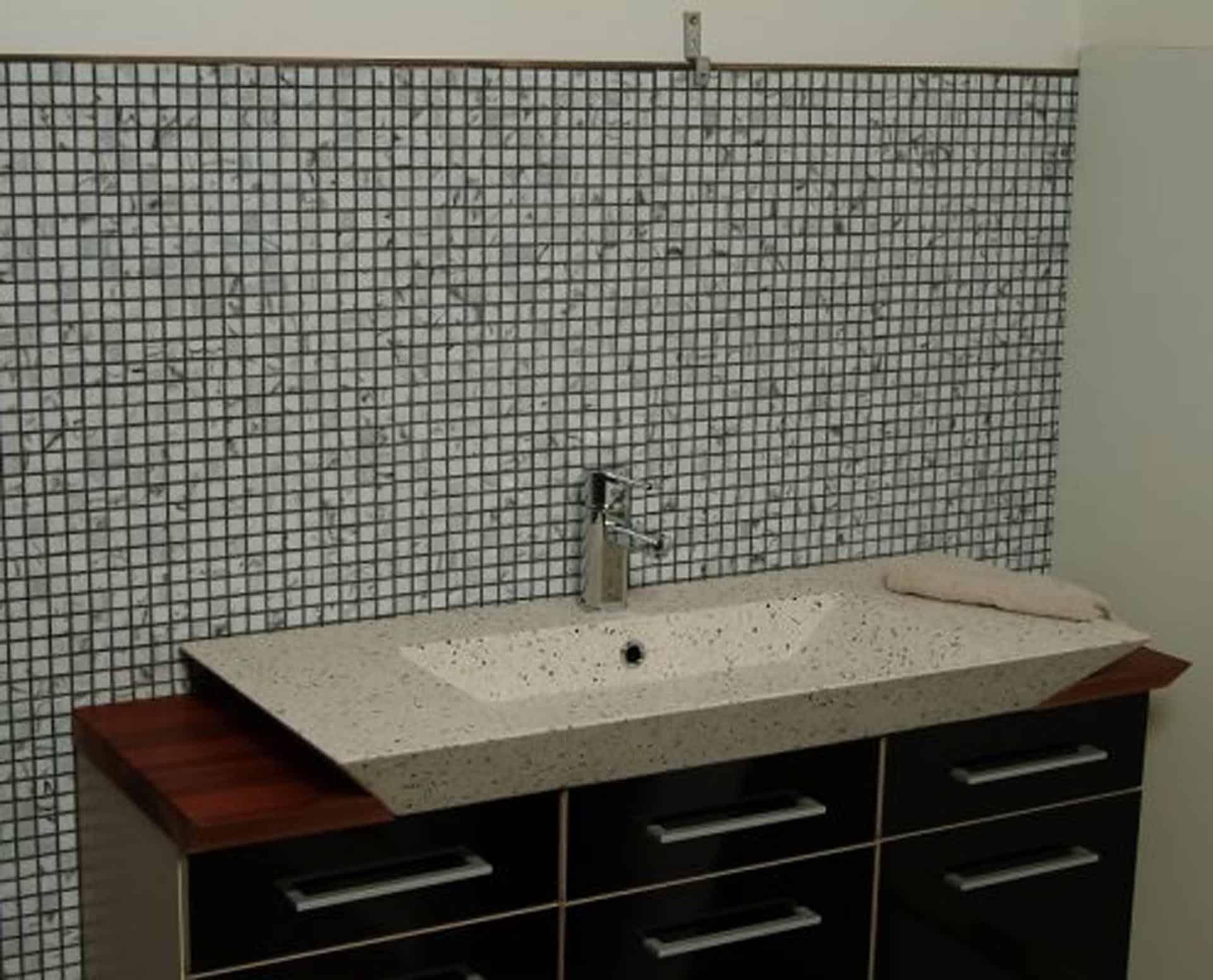 Lækker og simpel beton håndvask, med pæne afrundinger. Farven er i grå - en fantastik flot, moderne og naturlig betonfarve, der passer ind i ethvert badeværelse. Beton tåler ikke stærke rengøringsmidler, eller syreholdige produkter, vi anbefaler derfor at vasken rengøres i pH neutralt rengøringsmiddel. Vasken har målene: 80/100 x 35,5 x 10 cm. Materialet er normal beton som er blevet støbt i en form og bagefter vibreret for at få luftlommer ud af råmaterialet. Vasken kan bruges som fritstående vask - da vasken er flad i bunden er den velegnet til at placere direkte på en bordplade. Vasken er hensynsmæssigt designet med fine rundinger, som både giver vasken et eksklusivt udtryk og gør den rengøringsvenlig. Vasken vedligeholdes med voks - vi anbefaler en behandling med vores egen naturvoks ID12002 et par gange om året for at opnå optimalt look.