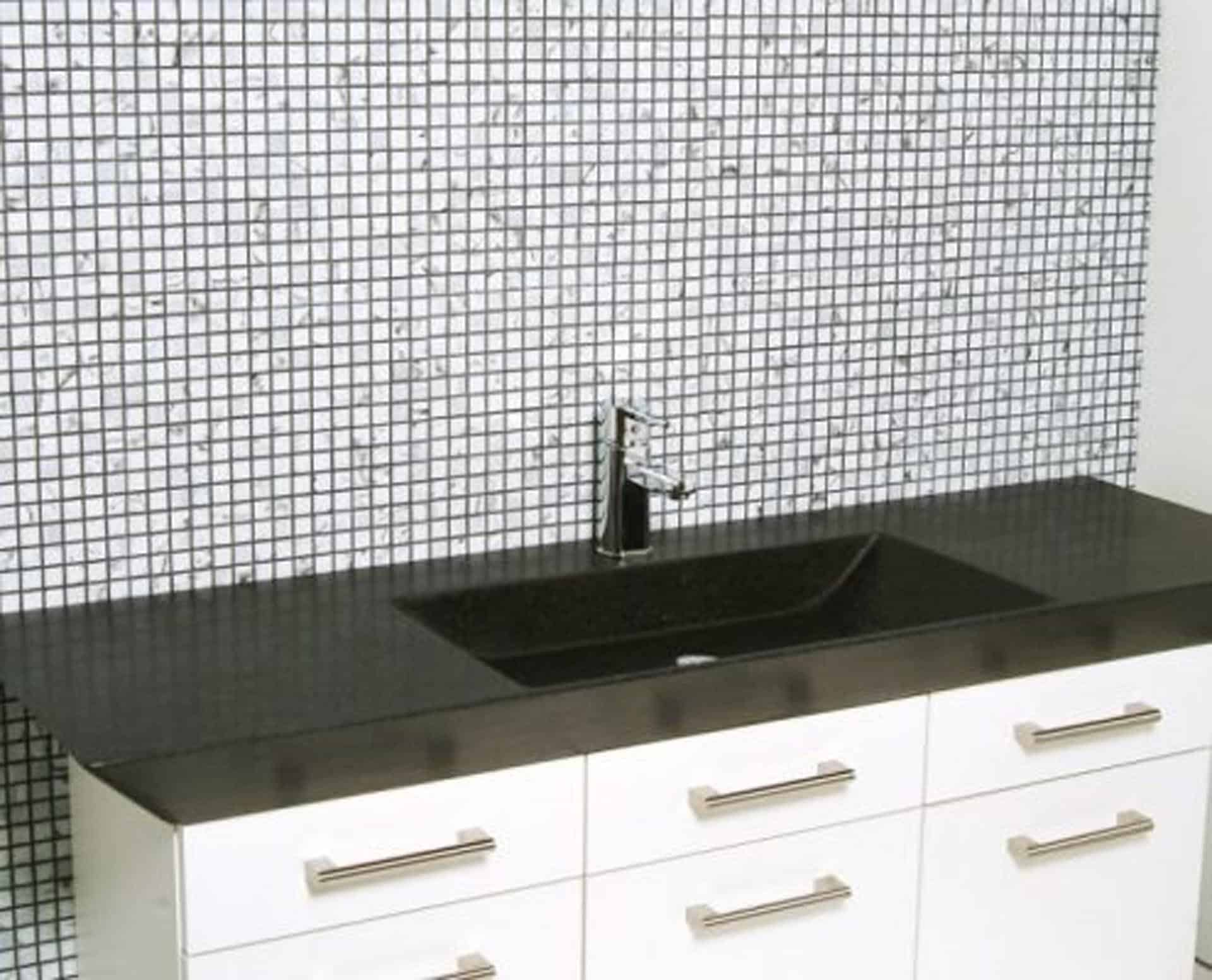 Eksklusiv designhåndvask fremstillet i massiv granit. Den sorte granit har en mat finish. En ægte stenvask i målene: 120/140 x 35,5 x 10 cm. Vasken er bearbejdet ud af et helt stykke granit - vi fræser ganske enkelt en håndvask ud af sten. Alle de afsluttende små detaljer er håndlavet. Med denne vask vil man få et stykke natur hjem i badeværelset. Det er kvalitet, som holder mange år ud i tiden. Vasken kan bruges som fritstående vask - da vasken er flad i bunden er den velegnet til at placere direkte på en bordplade. Vasken er hensynsmæssigt designet med fine rundinger, som både giver vasken et eksklusivt udtryk og gør den rengøringsvenlig. Vasken vedligeholdes med voks - vi anbefaler en behandling med vores egen naturvoks ID12002 et par gange om året for at opnå optimalt look.