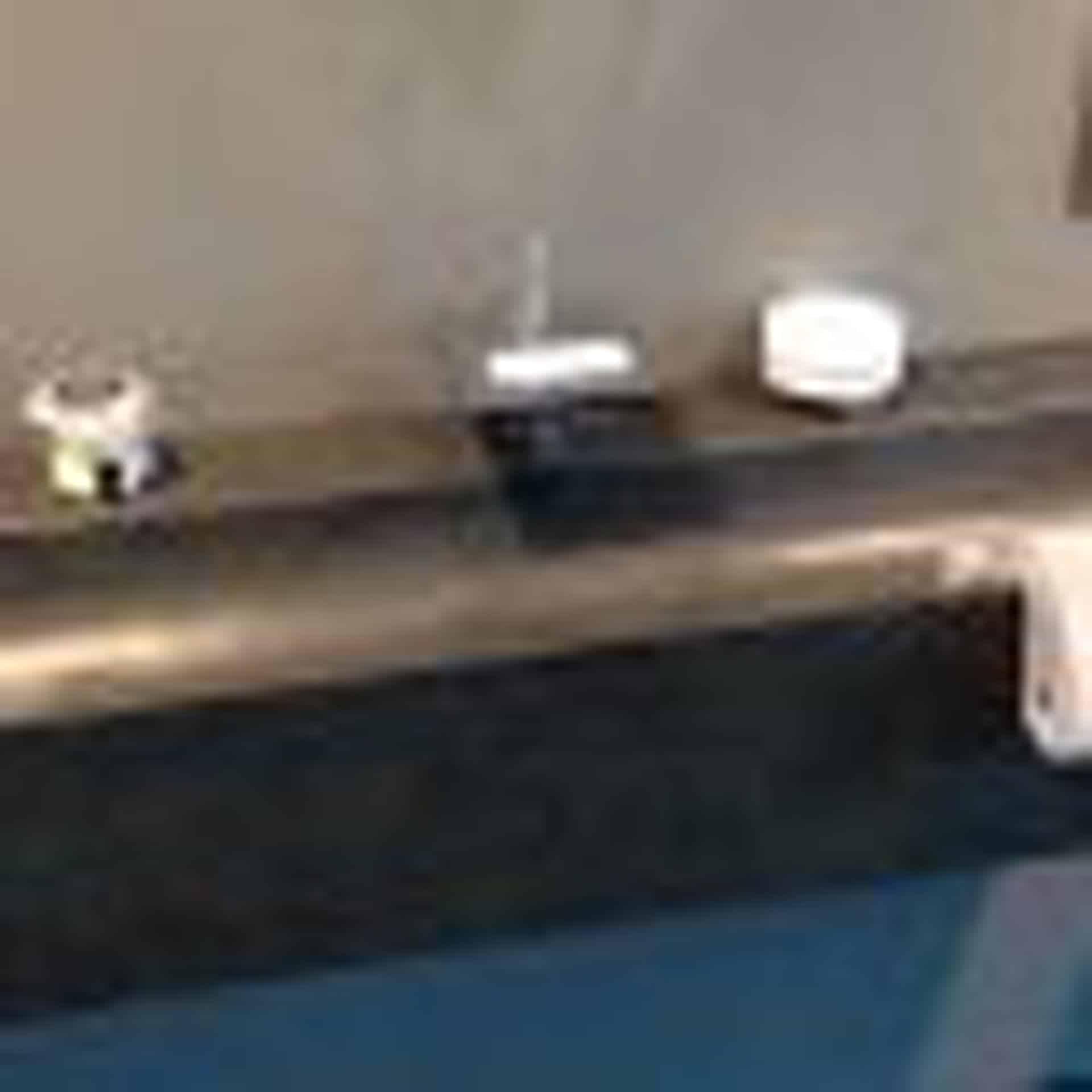 Eksklusiv designhåndvask fremstillet i massiv granit. Den sorte granit har en mat finish. En ægte stenvask i målene: 120 x 35,5 x 25 cm. Vasken er bearbejdet ud af et helt stykke granit - vi fræser ganske enkelt en håndvask ud af sten. Alle de afsluttende små detaljer er håndlavet. Med denne vask vil man få et stykke natur hjem i badeværelset. Det er kvalitet, som holder mange år ud i tiden. Vasken kan på grund af sit design ikke stå på et skab men skal hænge på væggen. Vasken er hensynsmæssigt designet med fine rundinger, som både giver vasken et eksklusivt udtryk og gør den rengøringsvenlig. Vasken vedligeholdes med voks - vi anbefaler en behandling med vores egen naturvoks ID12002 et par gange om året for at opnå optimalt look.
