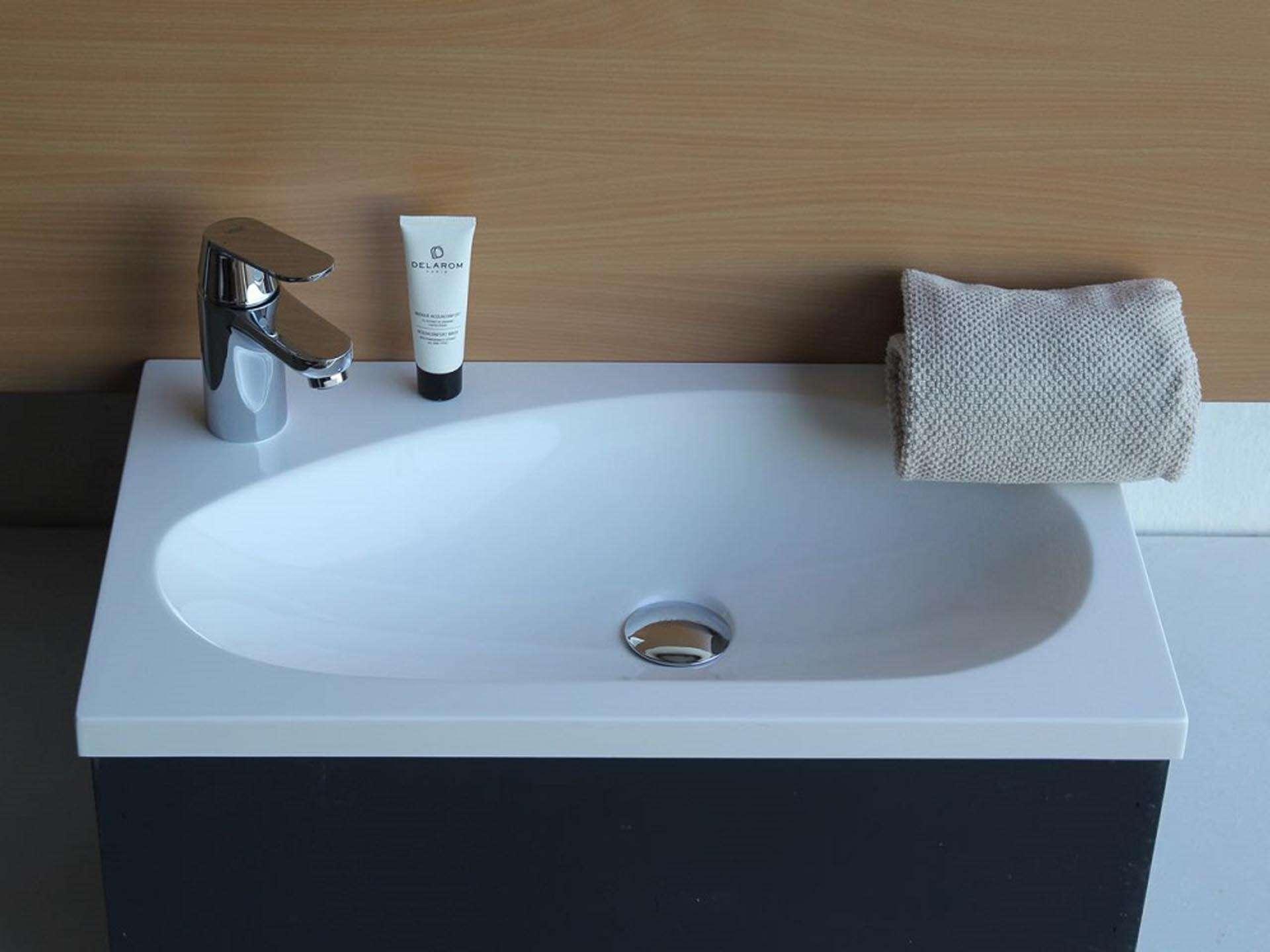 Flot designhåndvask i Kunstmarmor (Top-Solid). Vasken er lavet i hvid højglans komposit, som gør den meget nem at holde ren. Vasken har målene: 61 x 35,5 x 3 cm. Vasken tåler alle former for rengøringsmidler. Vasken skal stå på et skab. Køb et af vores tre slags åbne ophæng til slimlinevaske eller se vores guide til hvilket skab, der passer til og hvor du kan købe det. Vasken er hensynsmæssigt designet med fine rundinger, som både giver vasken et eksklusivt udtryk og gør den rengøringsvenlig. Vasken vedligeholdes med voks - vi anbefaler en behandling med vores egen naturvoks ID12002 et par gange om året for at opnå optimalt look.