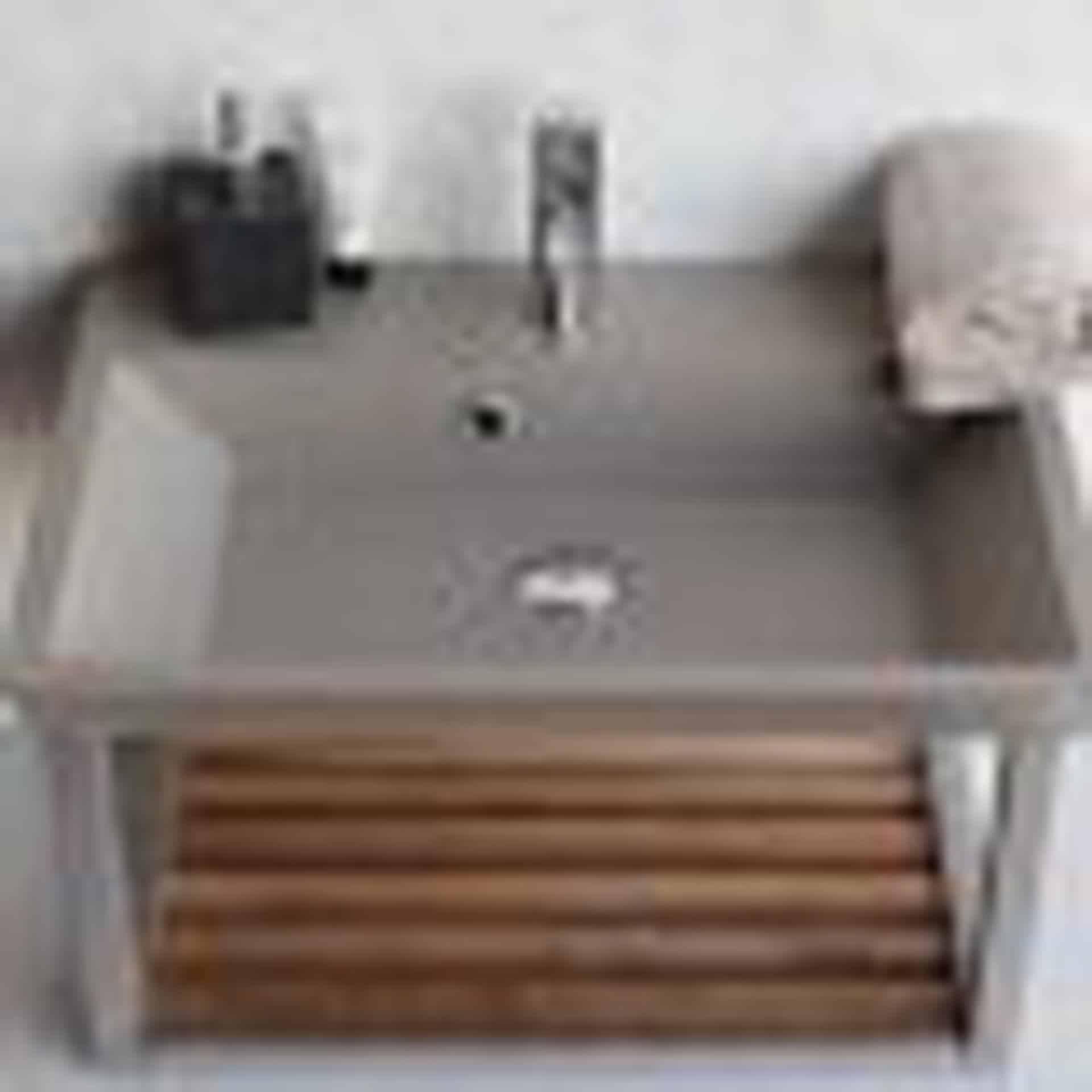 Lækker og simpel beton håndvask, med pæne afrundinger. Farven er i grå - en fantastik flot, moderne og naturlig betonfarve, der passer ind i ethvert badeværelse. Materialet er en kombination af komposit, fiber og beton, dette gør, at vasken er væsentlig stærkere end normal beton. Beton tåler ikke stærke rengøringsmidler, eller syreholdige produkter. Vi anbefaler derfor at vasken rengøres i pH neutralt rengøringsmiddel. Vasken har målene: 60,5 x 35,5 x 10 cm. Vasken kan bruges som fritstående vask - da vasken er flad i bunden er den velegnet til at placere direkte på en bordplade. Vasken er hensynsmæssigt designet med fine rundinger, som både giver vasken et eksklusivt udtryk og gør den rengøringsvenlig. Vasken vedligeholdes med voks - vi anbefaler en behandling med vores egen naturvoks ID12002 et par gange om året for at opnå optimalt look.