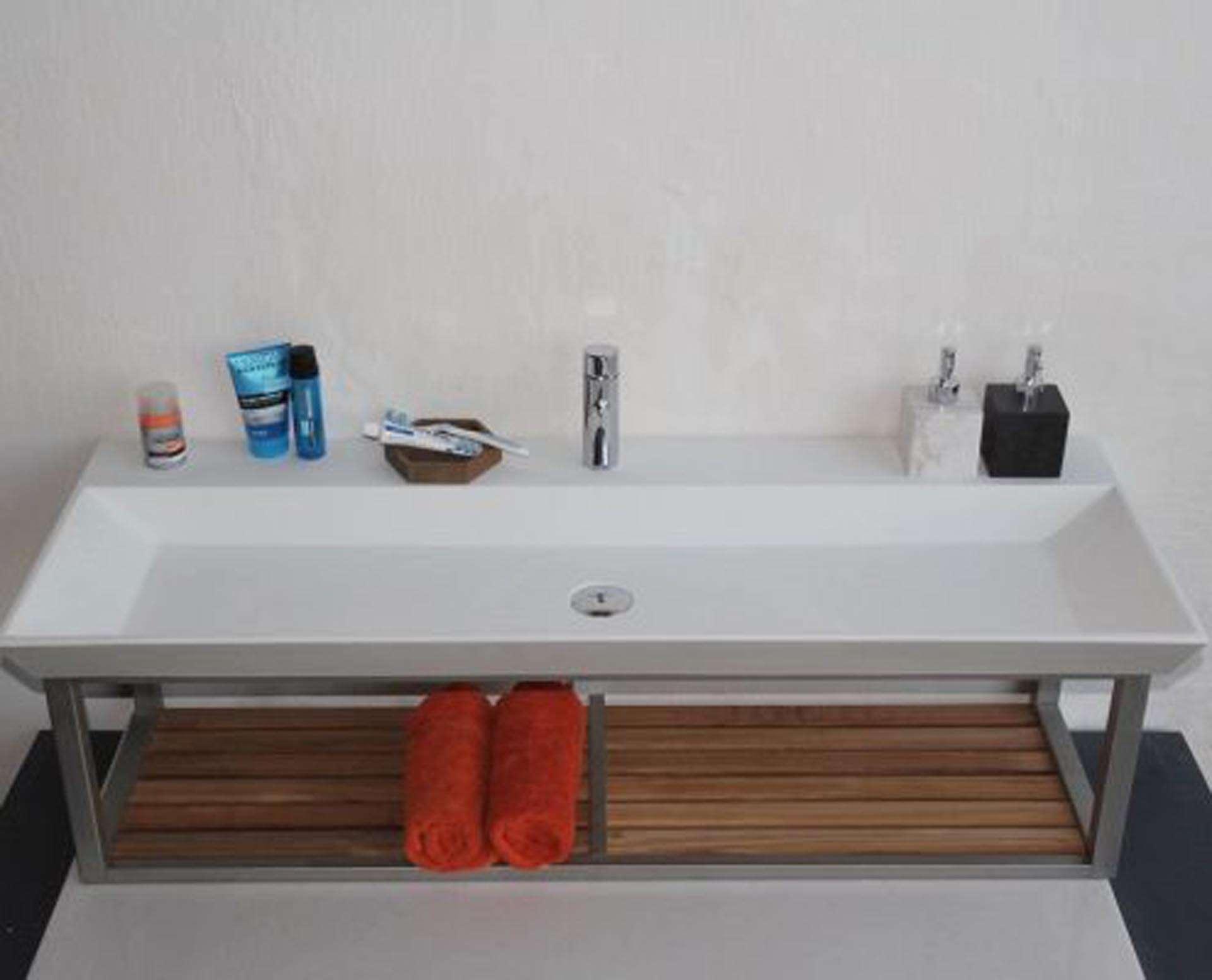 Flot designhåndvask i Kunstmarmor (Top-Solid). Vasken er lavet i mat hvid højglans komposit, som gør den meget nem at holde ren. Vasken har målene: 120 x 35,5 x 9,5 cm. Vasken tåler alle former for rengøringsmidler. Vasken kan bruges som fritstående vask - da vasken er flad i bunden er den velegnet til at placere direkte på en bordplade. Vasken er hensynsmæssigt designet med fine rundinger, som både giver vasken et eksklusivt udtryk og gør den rengøringsvenlig. Vasken vedligeholdes med voks - vi anbefaler en behandling med vores egen naturvoks ID12002 et par gange om året for at opnå optimalt look.
