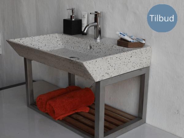 Håndvask i lys terrazzo, med elegant skrå kant.